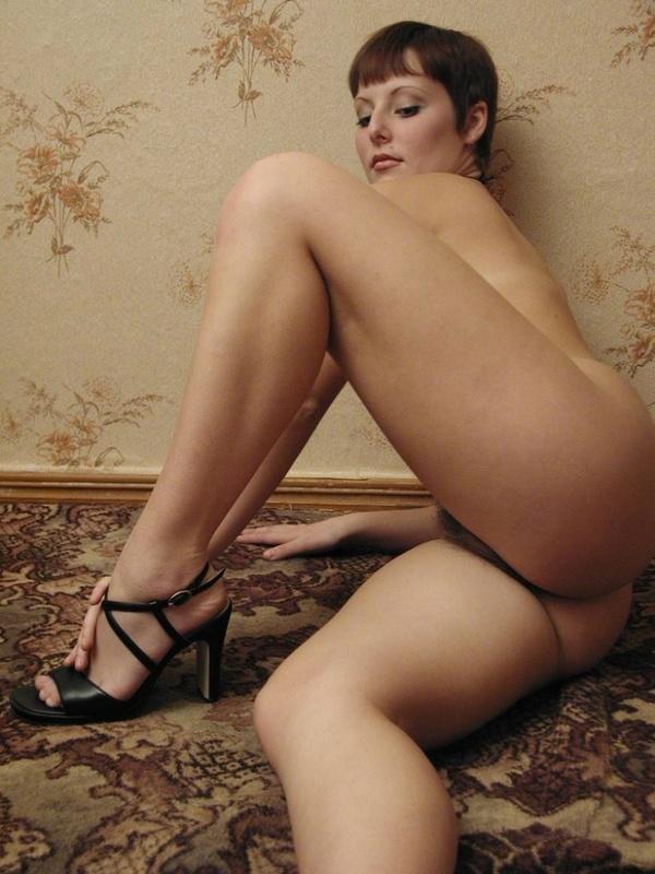 Милфа в чулках сладко дрочит волосатую вагину 6 фото