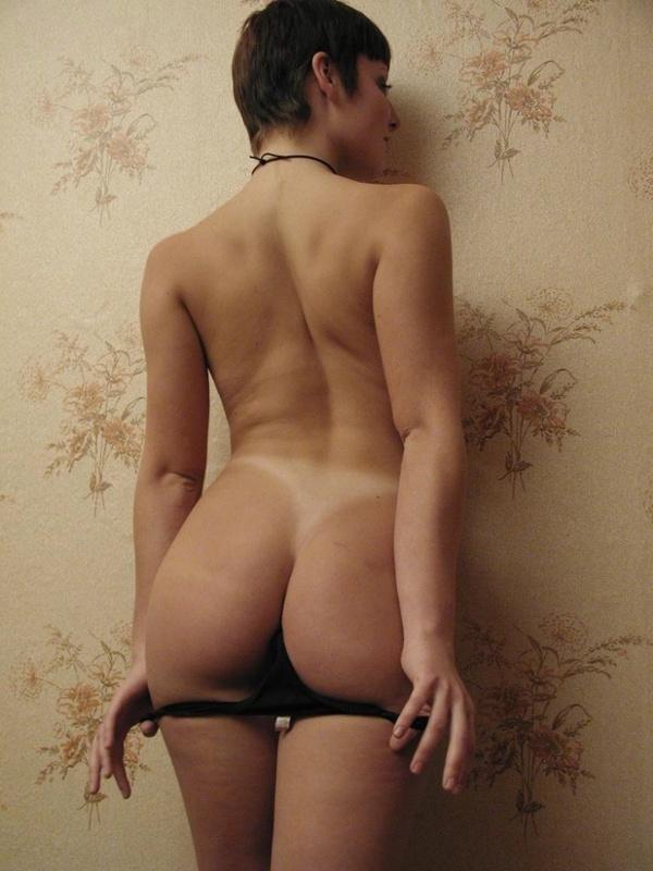 Милфа в чулках сладко дрочит волосатую вагину 1 фото