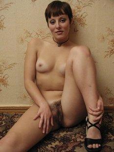 Милфа в чулках сладко дрочит волосатую вагину