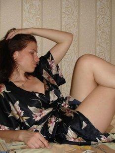 Местная давалка нежится на диване в лепестках роз