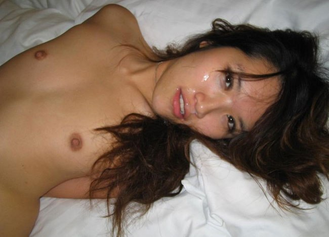 Азиатка с волосатой киской позирует в отеле 10 фото