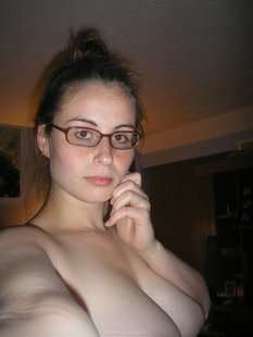 Домашнее селфи полненькой ботанши в очках
