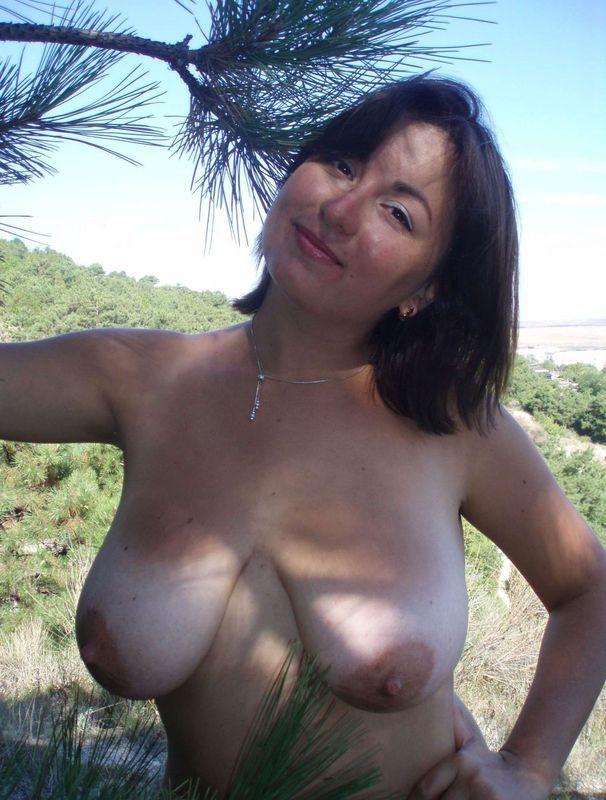 Русская мамка с натуральной грудью гуляет голая в заповеднике 2 фото