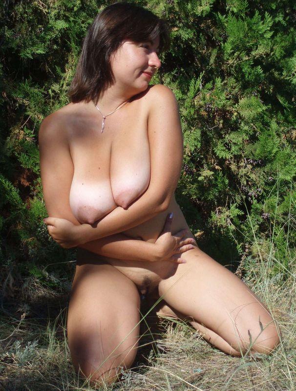 Русская мамка с натуральной грудью гуляет голая в заповеднике 8 фото