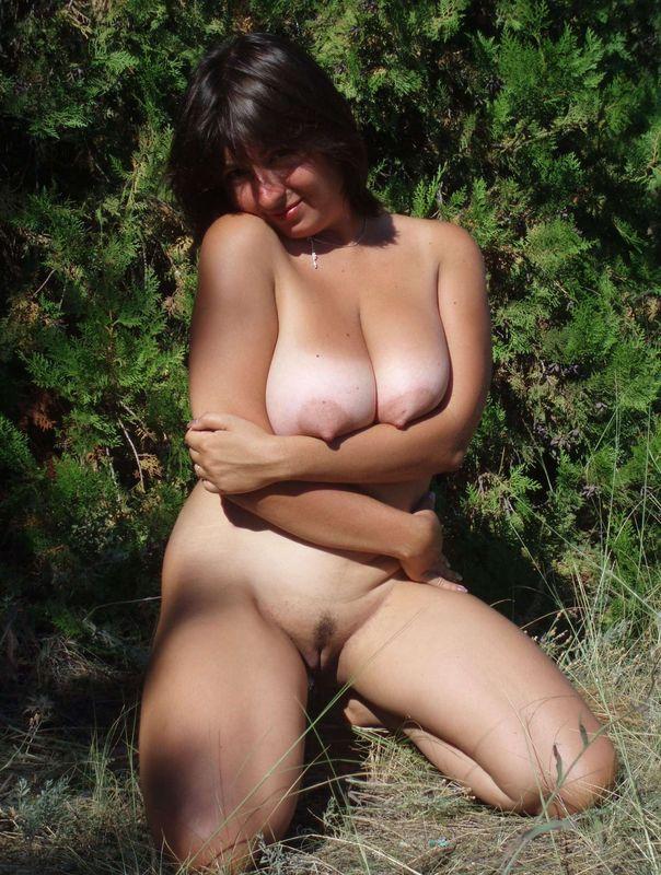 Русская мамка с натуральной грудью гуляет голая в заповеднике 12 фото