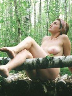 Сельская баба гуляет голышом на природе