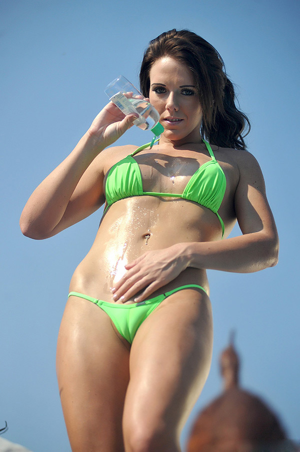 Великолепная девушка в бикини возле бассейна 7 фото
