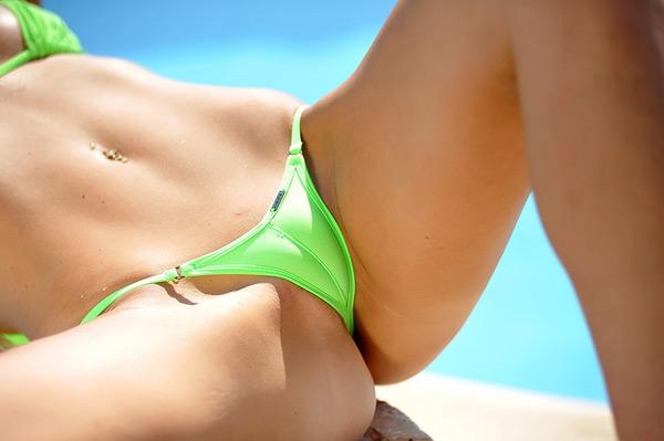 Великолепная девушка в бикини возле бассейна 2 фото