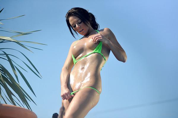 Великолепная девушка в бикини возле бассейна 13 фото