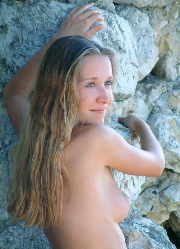 Молодая нудистка с интимной стрижкой на природе 5 фото