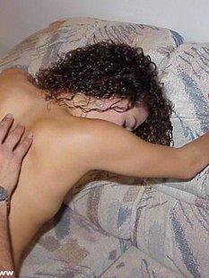 Кудрявая девушка берет в рот и трахается на камеру