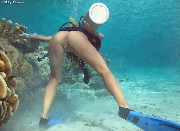 Аквалангистка дрочит бритую писю в недрах океана 5 фото
