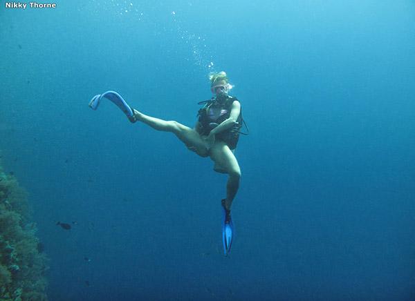Аквалангистка дрочит бритую писю в недрах океана 3 фото
