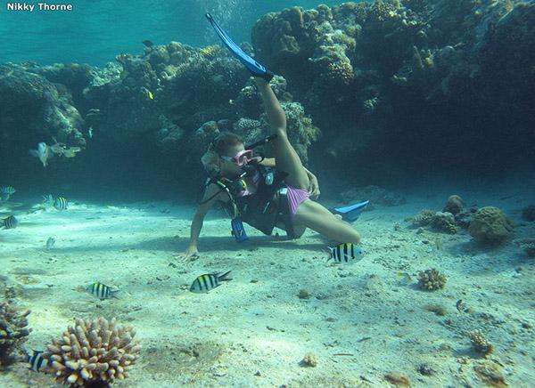 Аквалангистка дрочит бритую писю в недрах океана 1 фото
