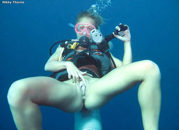 Аквалангистка дрочит бритую писю в недрах океана 9 фото