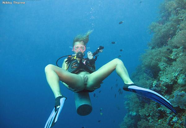 Аквалангистка дрочит бритую писю в недрах океана 7 фото