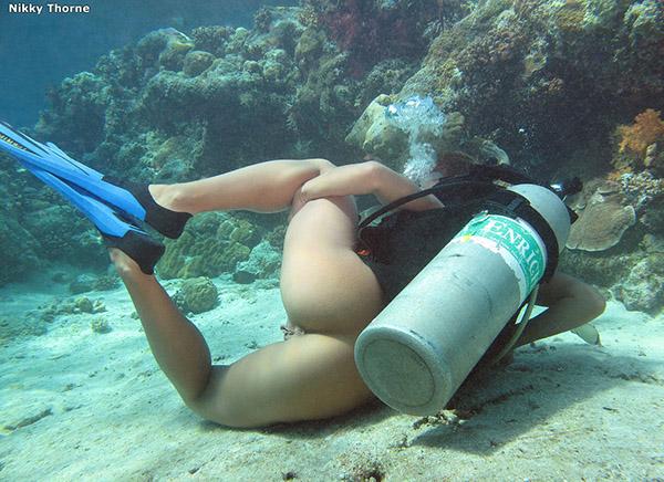 Аквалангистка дрочит бритую писю в недрах океана 11 фото