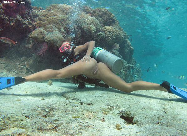 Аквалангистка дрочит бритую писю в недрах океана 6 фото