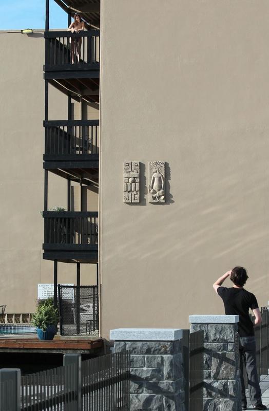 Бывшая балерина встречает ухажера голая на открытом балконе 7 фото