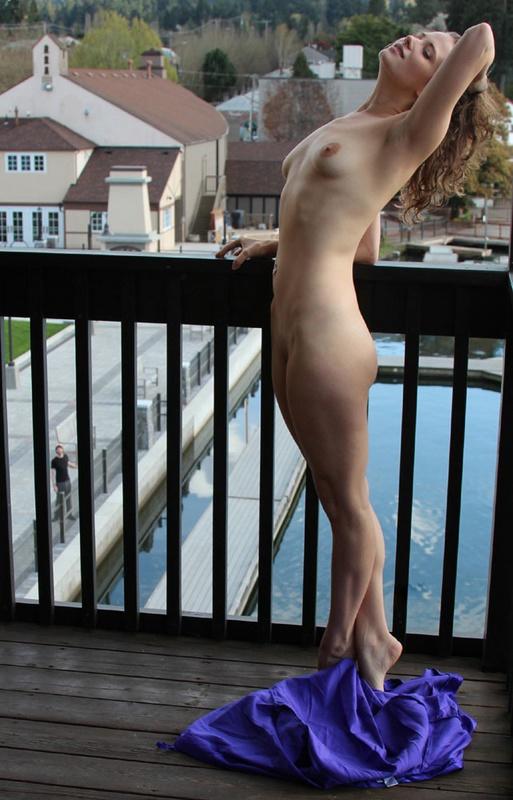 Бывшая балерина встречает ухажера голая на открытом балконе 4 фото