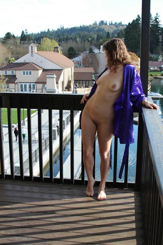 Бывшая балерина встречает ухажера голая на открытом балконе 2 фото