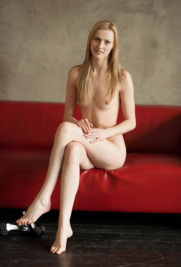 Соло молодой блондинки в чулках на красном диване 12 фото