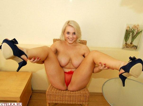 Смазливая блондинка с большой грудью радует глаз 1 фото