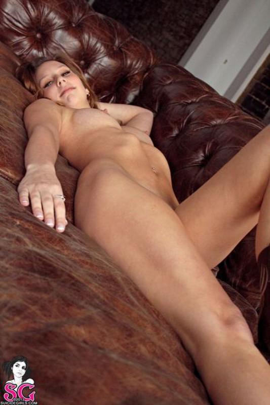 Фермерская девушка раздевается на кожаном диване 20 фото