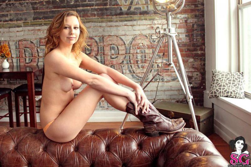 Фермерская девушка раздевается на кожаном диване 26 фото