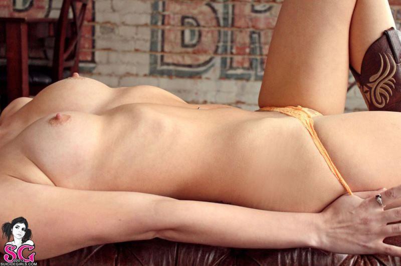 Фермерская девушка раздевается на кожаном диване 36 фото