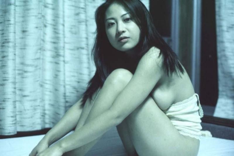 Азиатка раздвинула рогатку в кровати перед своим парнем 2 фото