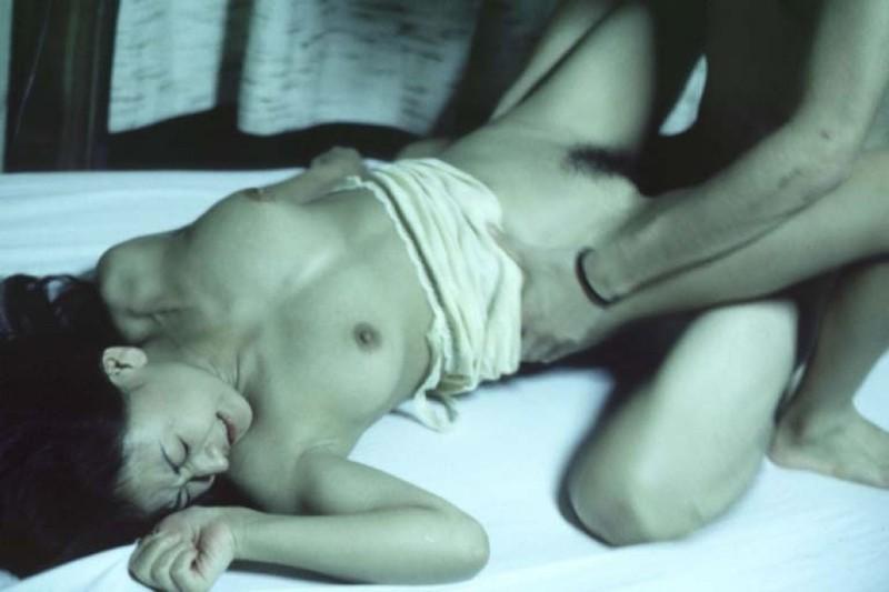 Азиатка раздвинула рогатку в кровати перед своим парнем 10 фото