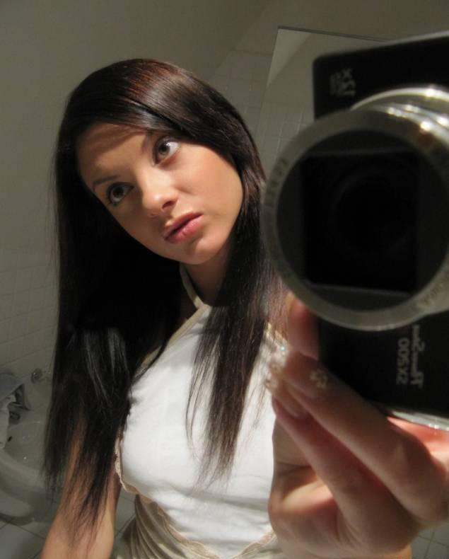 Брюнетка в туфлях делает зеркальные селфи в ванной 1 фото