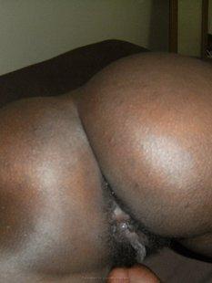 Негритянка демонстрирует любовнику очко и киску перед трахом