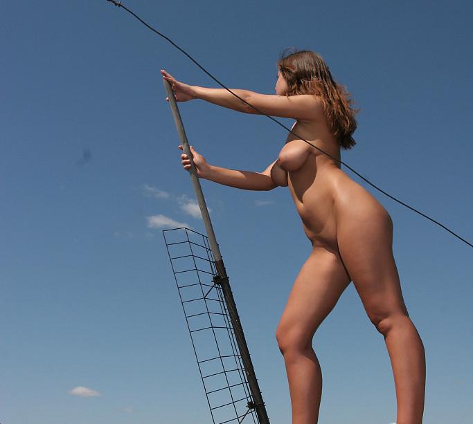 Голая девушка забралась на крышу и светит телом около антенны 10 фото