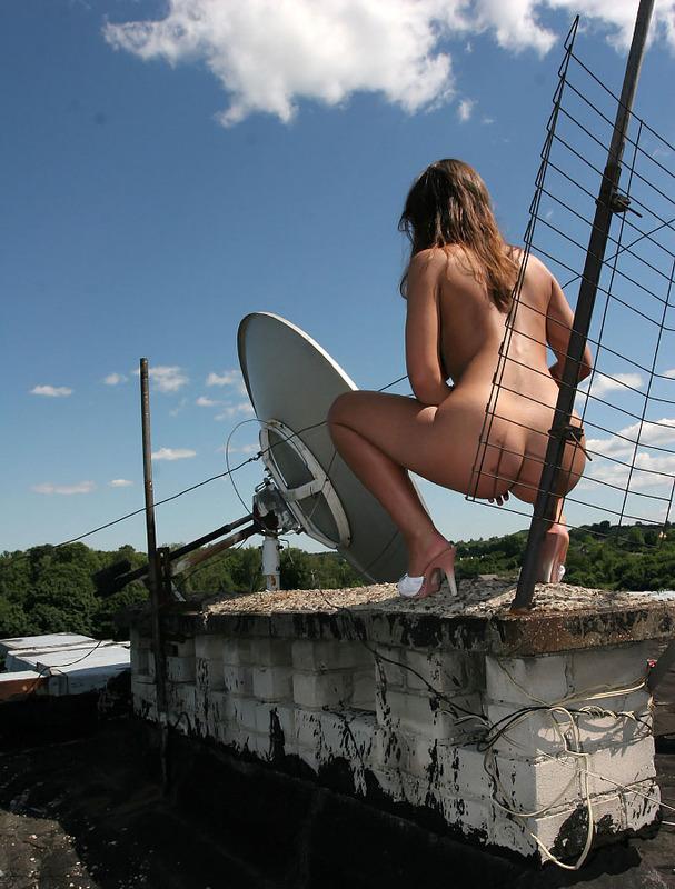Голая девушка забралась на крышу и светит телом около антенны 5 фото