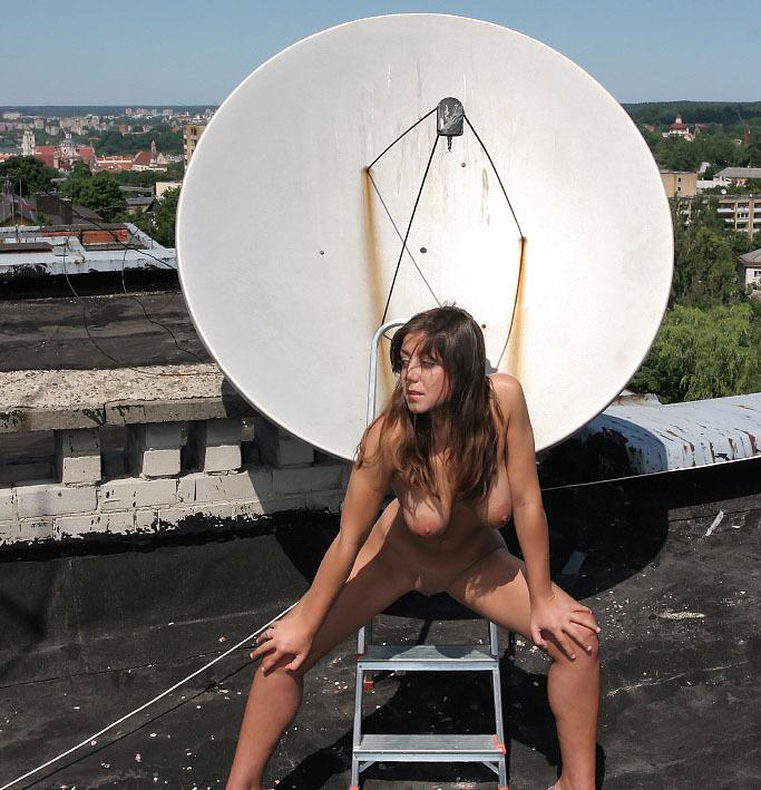 Голая девушка забралась на крышу и светит телом около антенны 2 фото