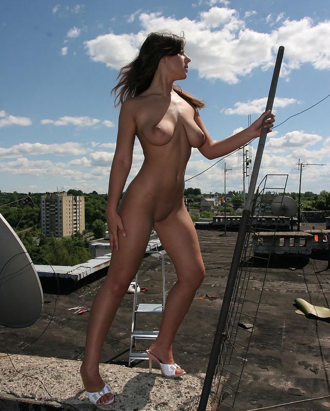 Голая девушка забралась на крышу и светит телом около антенны 7 фото
