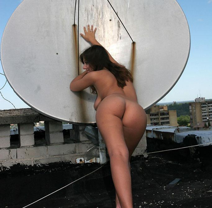 Голая девушка забралась на крышу и светит телом около антенны 16 фото