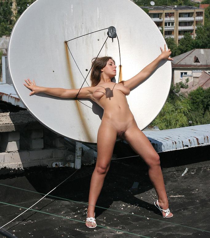 Голая девушка забралась на крышу и светит телом около антенны 13 фото
