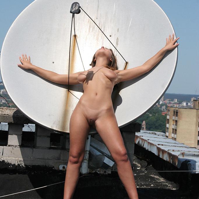 Голая девушка забралась на крышу и светит телом около антенны 12 фото