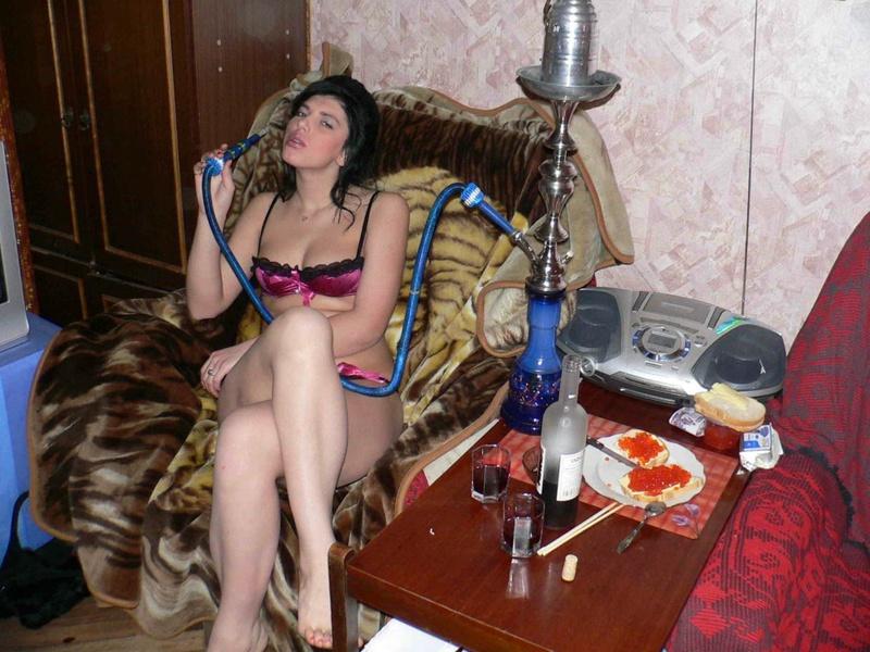 Русская брюнетка опьянела от курения кальяна и разделась в кресле 3 фото