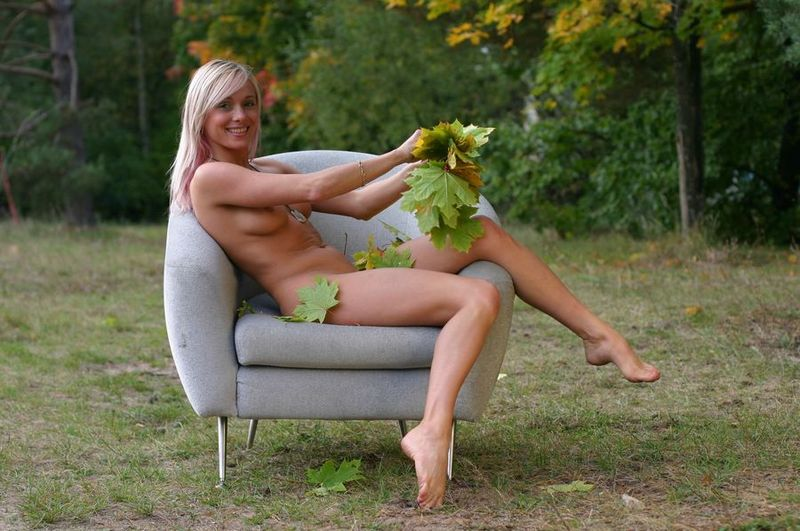 Белокурая гимнастка позирует в осеннем лесу голышом 1 фото