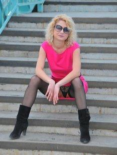 Блондинка в солнечных очках сняла розовое платье в переходе
