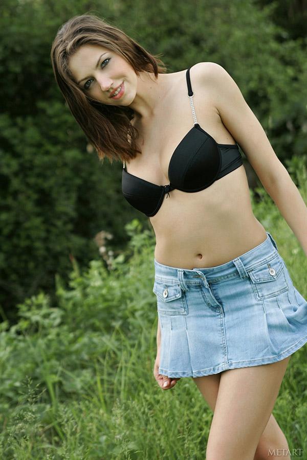 Девушка сняла джинсовую юбку и пошло вертится на красной накидке 1 фото