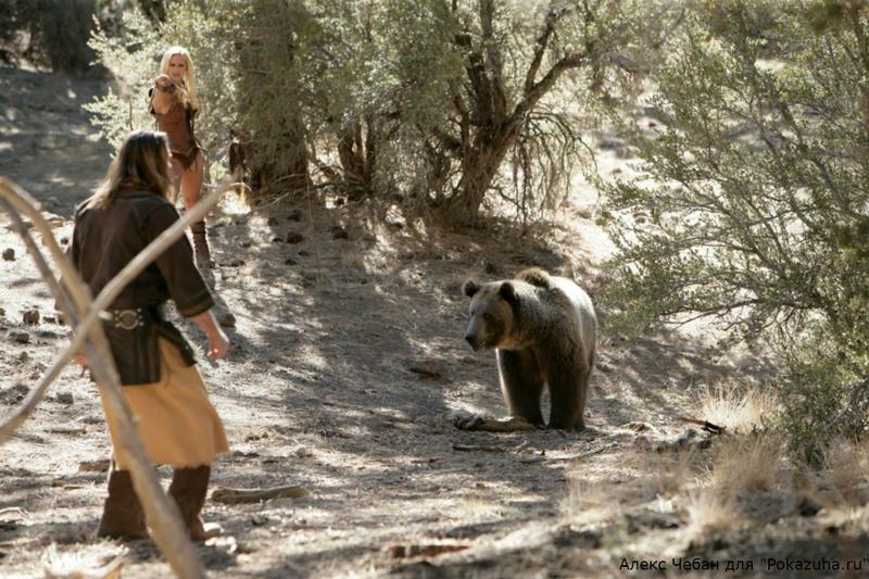 Эротика от сексуальной грудастой блондинки с медведем в дикой природе 2 фото