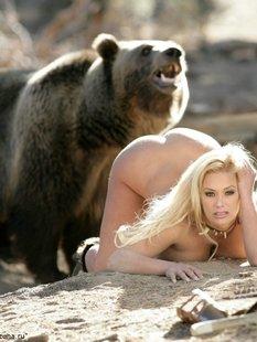 Эротика от сексуальной грудастой блондинки с медведем в дикой природе