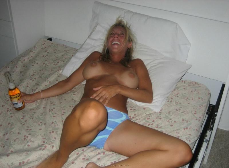 Загорелая мамка раздвинула ноги и мастурбирует на кровати 3 фото