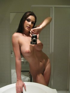 Потрясающая мамочка оголилась у зеркала