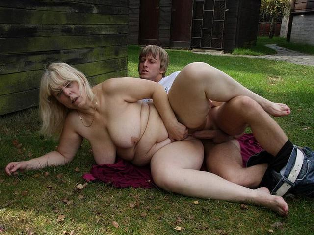 Большегрудая старушка трахается с молодым парнем в деревне 10 фото